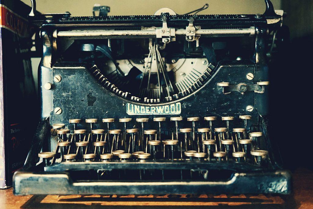 Máquina de escribir Underwood negra